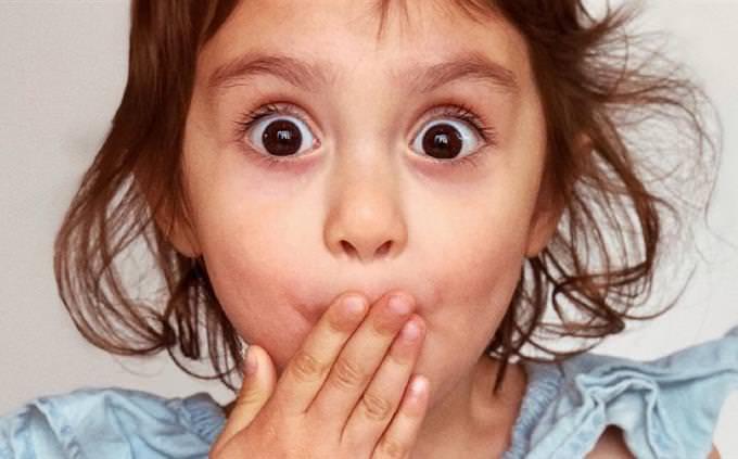 מבחן אישיות על הגיינת הפה: ילדה עם יד מול הפה