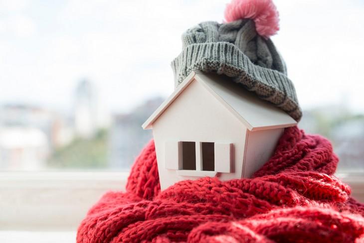 פתרונות חימום לבית: בית קטן עם כובע וצעיף
