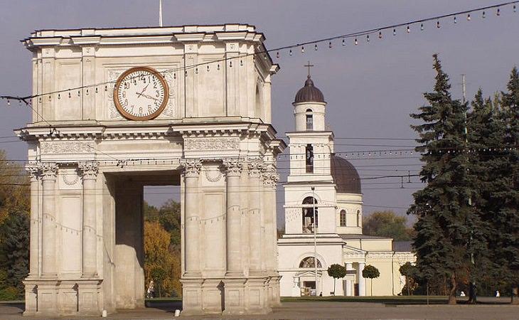 אתרים במולדובה: שער הניצחון וקתדרלת המולד בכיכר האסיפה הלאומית הגדולה בקישינב