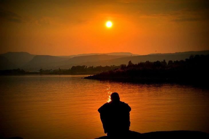 דברים שאתם צריכים לסלוח לעצמכם עליהם: אדם יושב על מזח בשקיעה