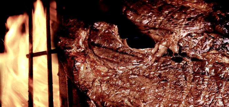 גורמים להופעת קמטים בעור: סטייק על האש