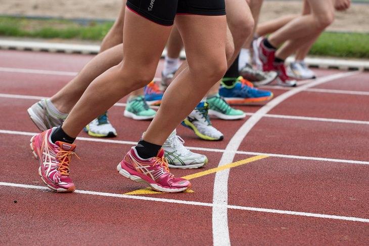 דברים שאתם צריכים לסלוח לעצמכם עליהם: אנשים על קו זינוק במרוץ