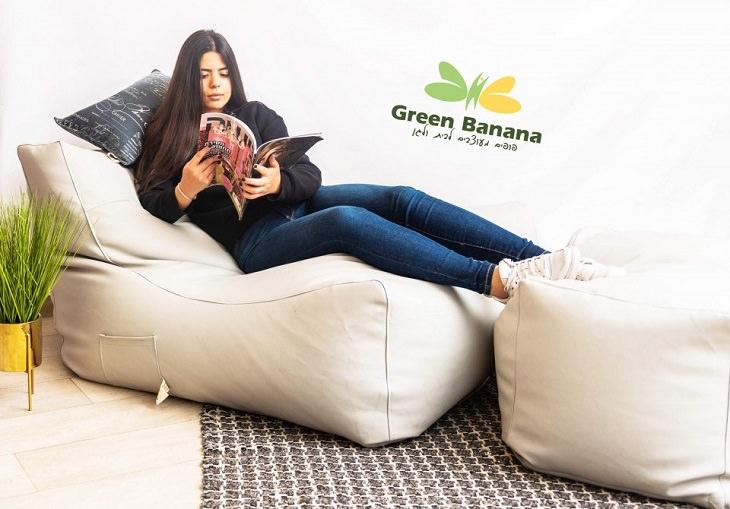 בחרית פופים לסלון: צעירה על פוף