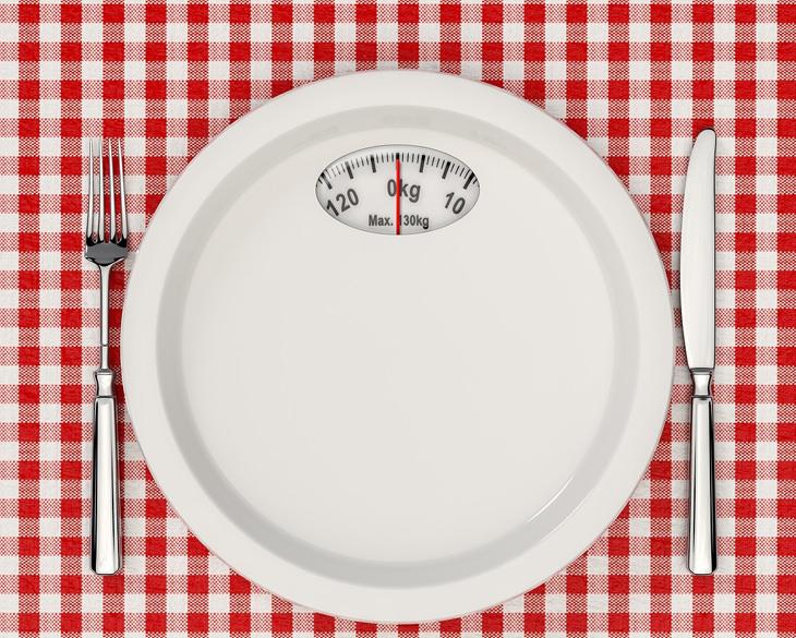 העדפות נכונות בדיאטה: סכין ומזלג לצד צלחת שהיא משקל