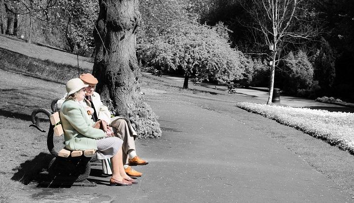 בדיחה: זקנים על ספסל בפארק