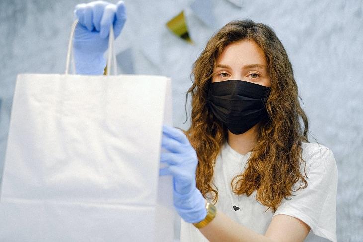 שיטות לטיפול בעור שומני: בחורה עם מסכה על הפנים ושקית ביד