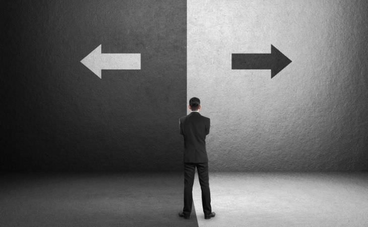 איך להתעלם מדעות של אחרים: אדם שעומד בפני שני חצים שפונים לכיוונים שונים