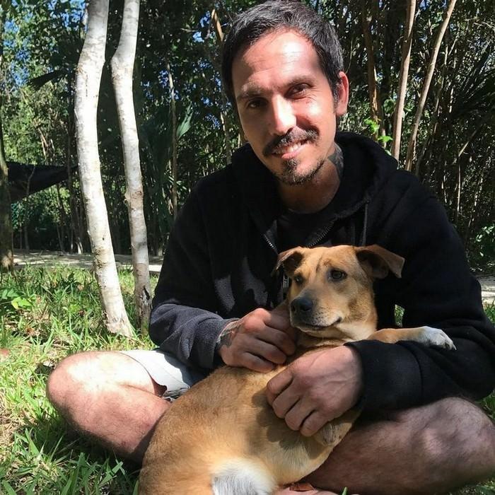 סיפור על איש שהציל כלבים מסופה: ריקרדו וכלב