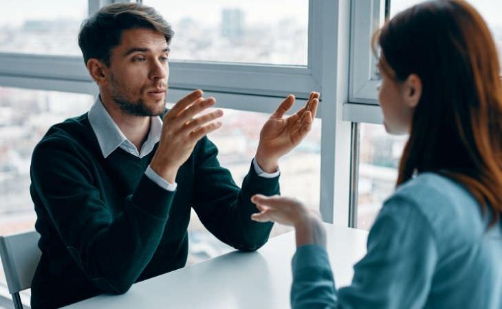 איך להתעלם מדעות של אחרים: אנשים מדברים
