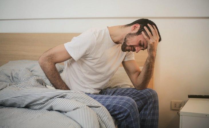 טיפולי שיאצו ויתרונותיהם: גבר סובל מכאבים