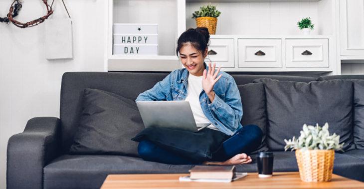 מעבדת מק: אישה עם מחשב מק על ספה
