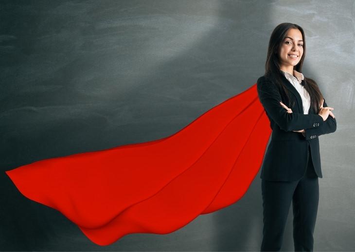 שיעורים להצלחה משלדון אדלסון: אישה לבושה חליפה וגלימת גיבור על