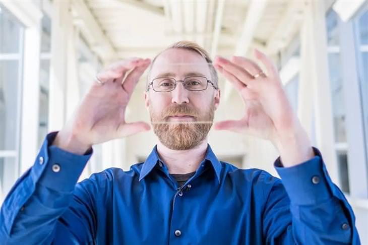 פאנלים סולאריים שקופים: פרופסור ריצ'רד לונט עם פאנל סולארי שקוף בידיו