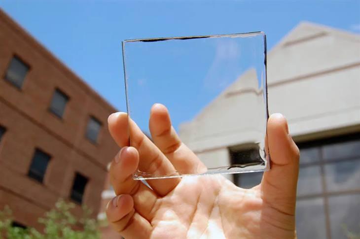פאנלים סולאריים שקופים: יד מחזיקה פאנל שקוף
