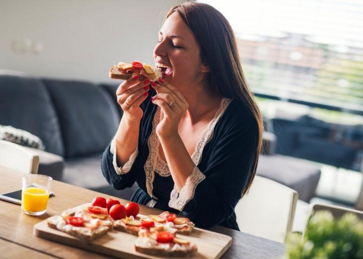 מניעת אכילת יתר בעבודה מהבית: אישה אוכלת ארוחת בוקר