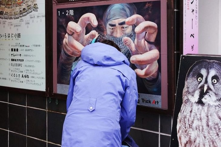 צילומי רחוב מצחיקים: אישה עומדת ליד שלט