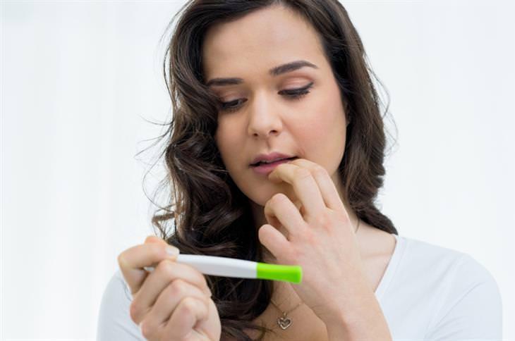 גניקולוג מסביר על הפלה יזומה: אישה ובדיקת היריון