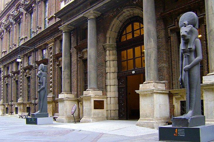 אתרים בפיימונטה שבאיטליה: חזית המוזיאון המצרי בטורינו