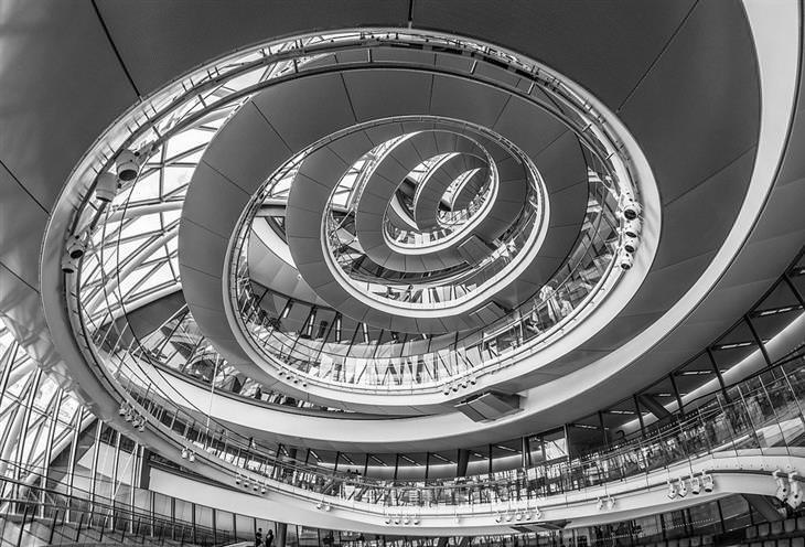 תמונות יפות:  גרם המדרגות הספירלי הפנימי בבניין עיריית לונדון