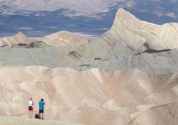 תמונות יפות: תיירים משקיפים על הנוף בפארק הלאומי עמק המוות בארצות הברית