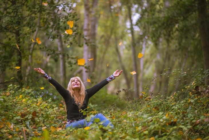עובדות על עצים: אישה שמחה ביער