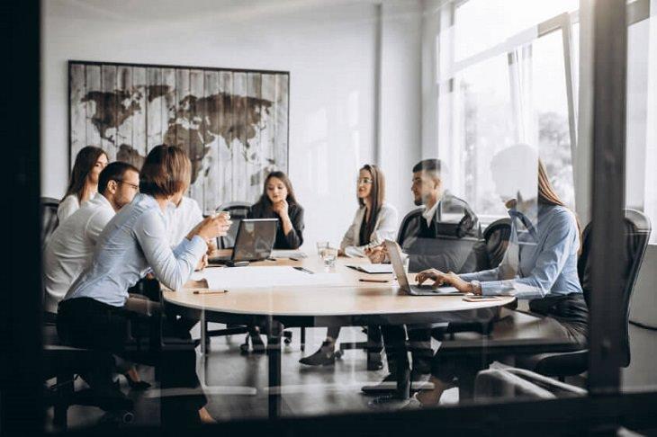 איך לבחור משרד פרסום: ישיבה במשרד