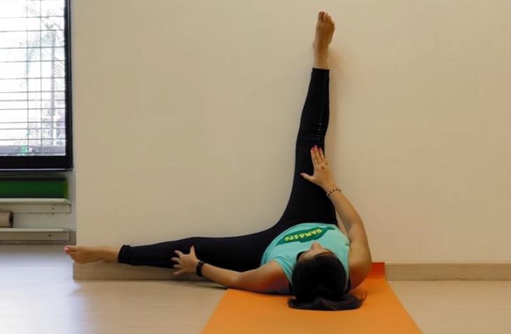 תרגילי כושר כנגד קיר: ביצוע תרגיל גמישות ברגליים