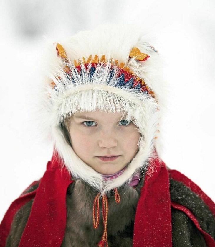 ילדים מרחבי העולם: ילדה נורווגית בלבוש מסורתי