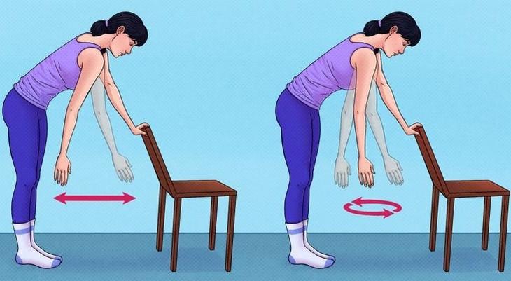 תרגילים לשחרור והרגעת כתפיים: תרגיל עם כיסא לשחרור הכתפיים