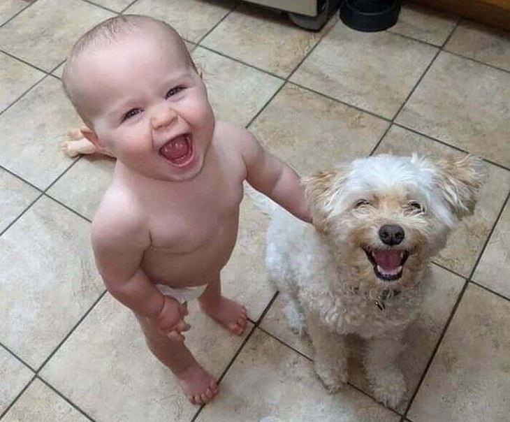 תמונות חמודות של ילדים וכלבים: תינוק וכלב מחייכים