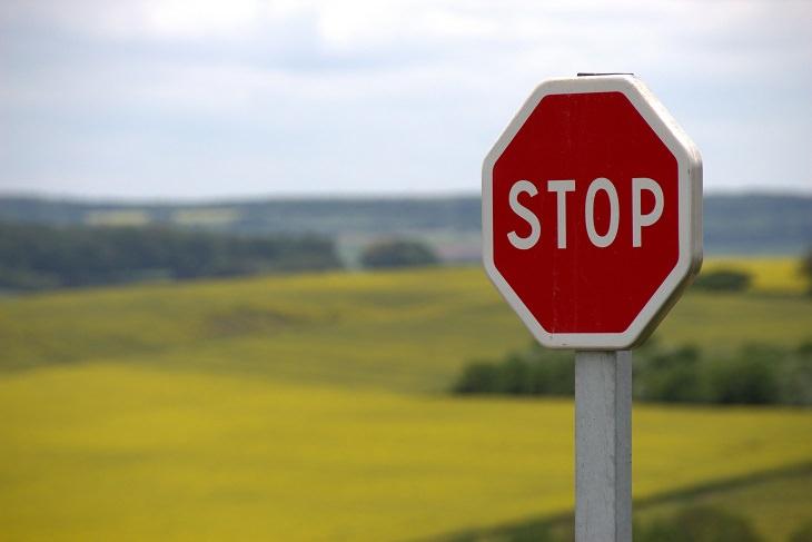 """שאלות שצריך לשאול כששופטים אחרים: תמרור """"עצור"""" ליד שדות ירוקים"""