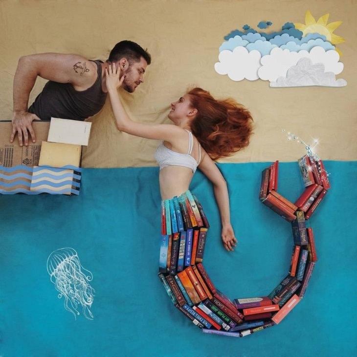 תמונות עם תפאורה מספרים: בת ים שהסנפיר שלה עשוי מספרים, ובחור בסירה שעשויה מארגז וספרים