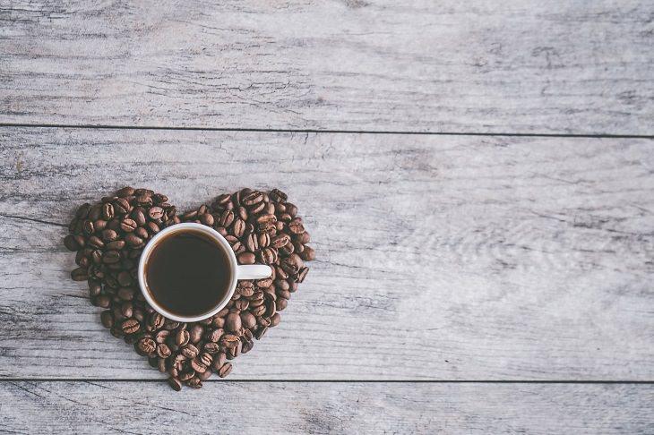בדיחה על אדם שהזמין קפה: ספל עם קפה ומסביבה פולים