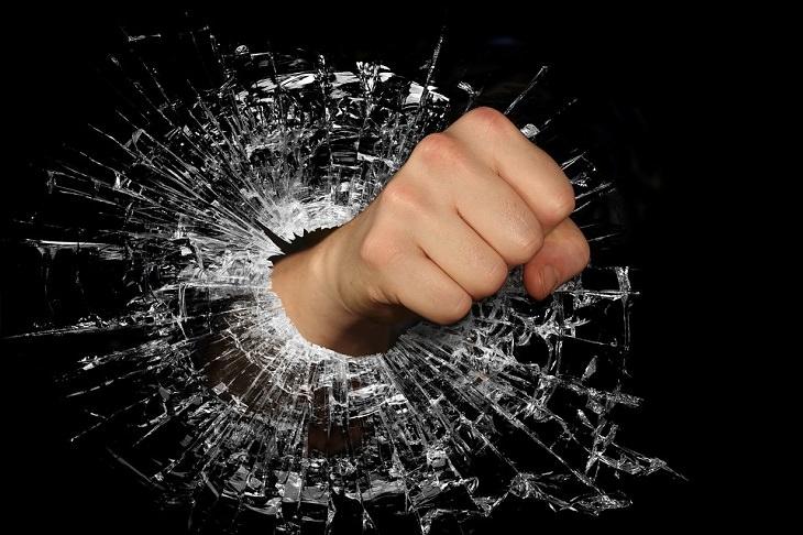 זוגיות עם אדם לא יציב רגשית: אגרוף שובר זכוכית