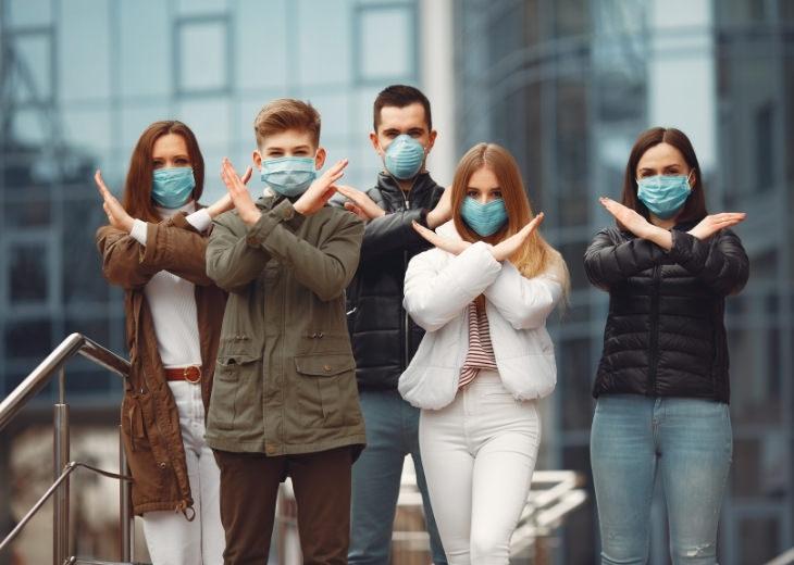 מחקר על עטיית מסיכות פנים: אנשים עם מסיכות פנים מסמנים X בידיהם