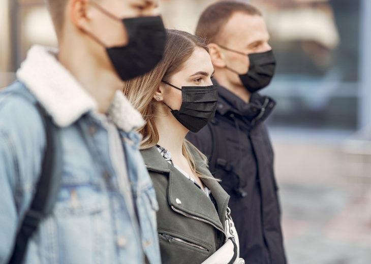 מחקר על עטיית מסיכות פנים: אנשים עם מסכות פנים