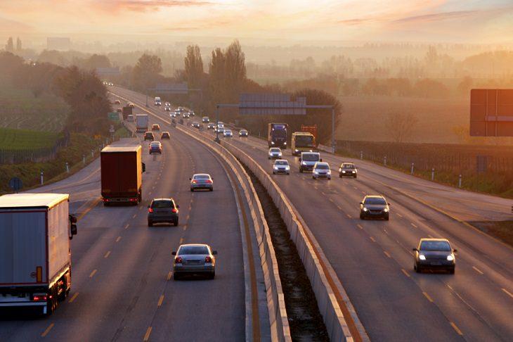 שיעורים שלמדתי בקורונה: מכוניות נוסעות בכביש מהיר