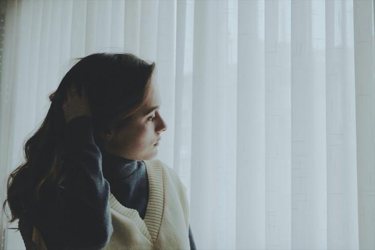 כיצד להתמודד עם בדידות בנישואים: אישה מודאגת