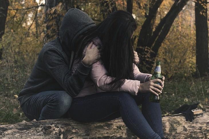 כיצד להתמודד עם בדידות בנישואים: גבר מחבק את בת הזוג שלו
