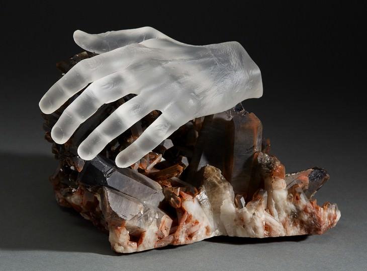 פסלים בשילוב קריסטלים: יד על קריסטל