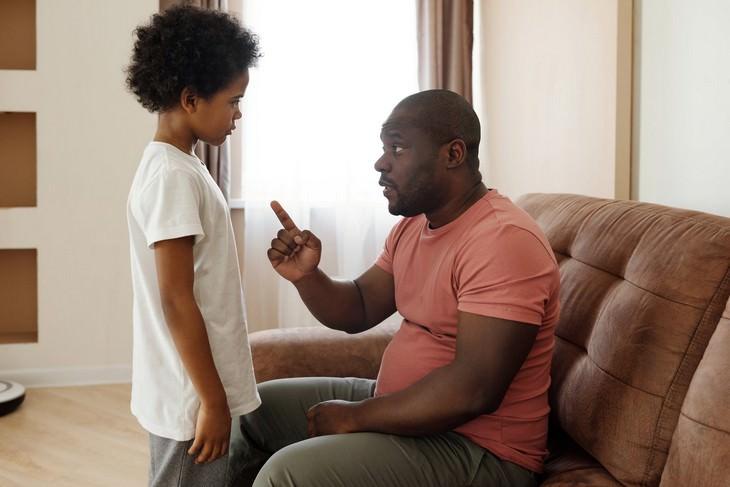 טריקים פסיכולוגיים להורים: אבא מדבר עם בנו בישיבה מולו ונוזף בו