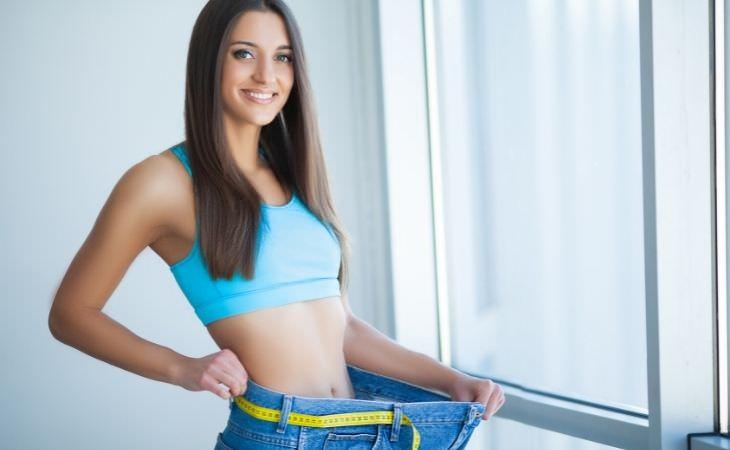 יתרונות של חלב קוקוס: אישה מחזיקה מכנס שגדול עליה
