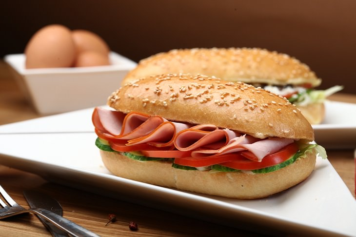 טיפים לזוגיות מהעולם העסקי: סנדוויץ' לחמניה שבתוכו פסטרמה, פרוסות עגבניה ומלפפון