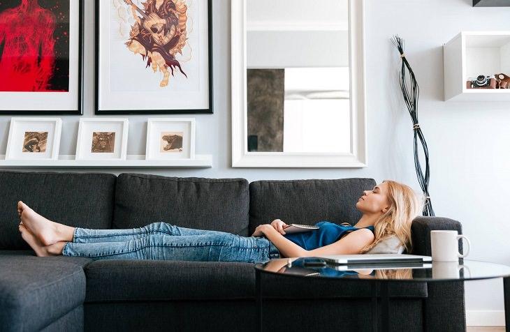 בניין משותף: אישה שוכבת על ספה