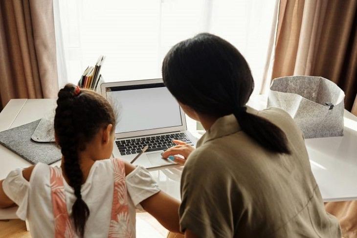 לימוד דרךך חיקוי בגל הרך: אימא וילדה מול מחשב
