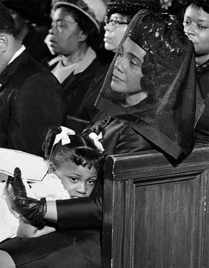 תמונות זוכות פרס פוליצר: קורטה סקוט קינג, אלמנתו של מרטין לותר, וביתה בהלוויתו