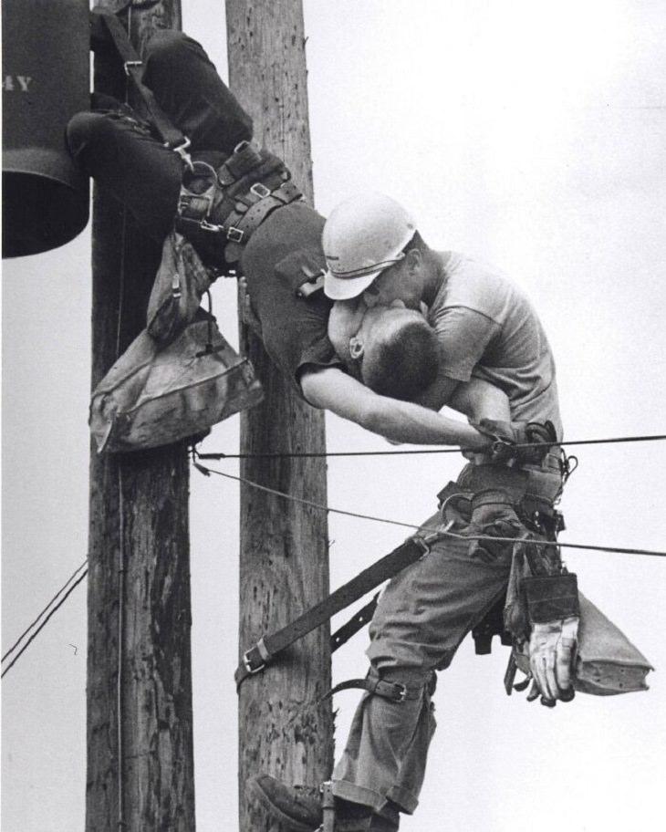 תמונות זוכות פרס פוליצר: עובד חברת החשמל האמריקאית מעניק לחברו הנשמה מפה לפה