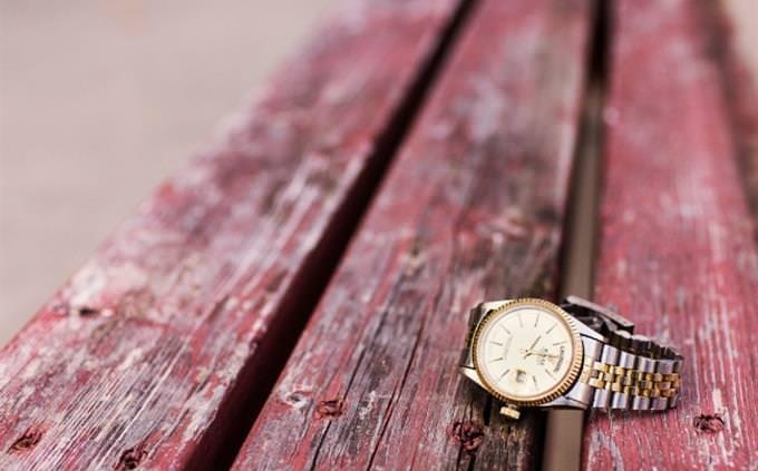 מבחן אישיות - איזה יבשת אתם: שעון יד מונח על שולחן