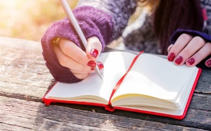 מבחן אישיות - איזה יבשת אתם: אדם כותב במחברת