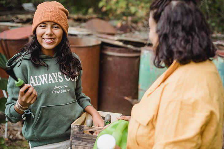 דרכים לגרום לילדים לאהוב גינון: נערה ואימה בגינה